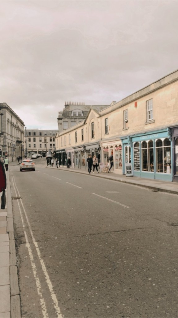 Shops lining the Pulteney Bridge